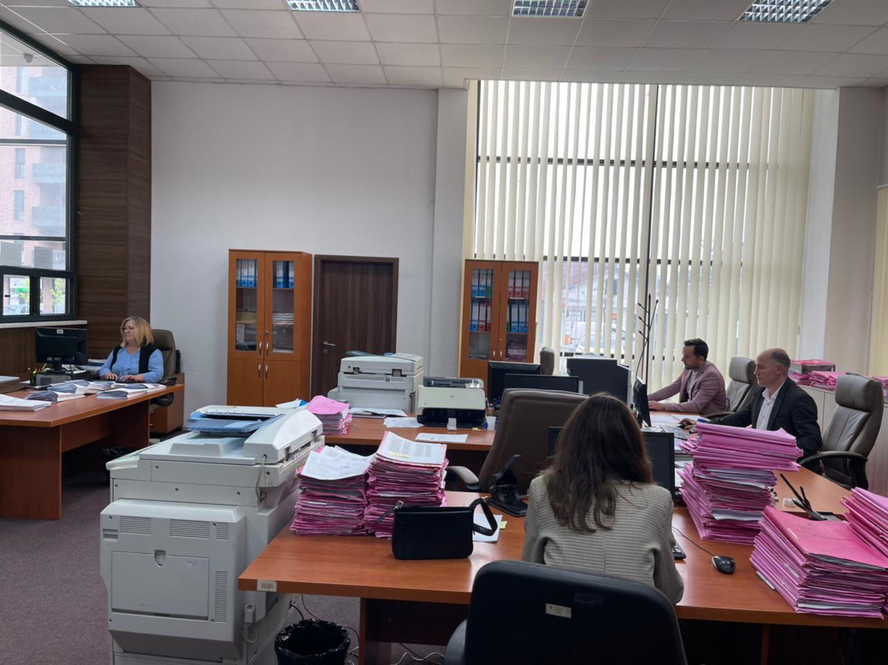Njihuni me referentët që përgatitin qindra çertifikata të gjendjes penale